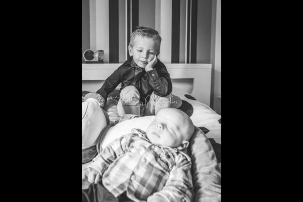 photo-frere-regarde-bebe-bienvenue-a-bebe-maggy-photographies