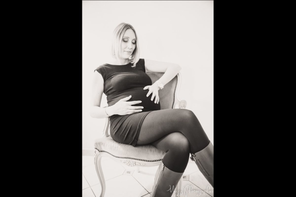 photo-femme-enceinte-assise-en-attendant-bebe-maggy-photographies