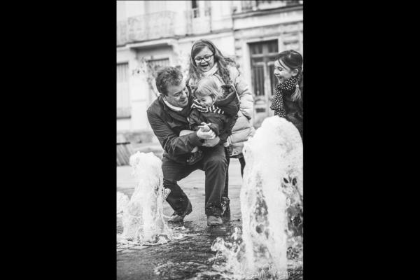 photo-enfant-et-papa-joue-jet-eau-en-famille-maggy-photographies