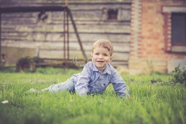 photo-petit-garcon-sur-la-pelouse-en-famille-maggy-photographies
