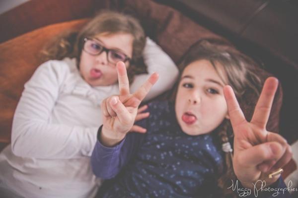 photo-soeurs-tir-la-langue-en-famille-maggy-photographies