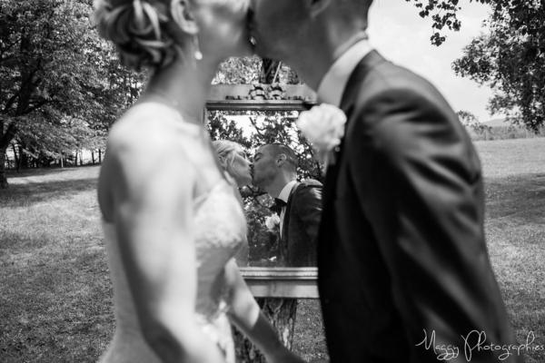 photo-bisous-jeune-maries-pour-la-vie-maggy-photographies