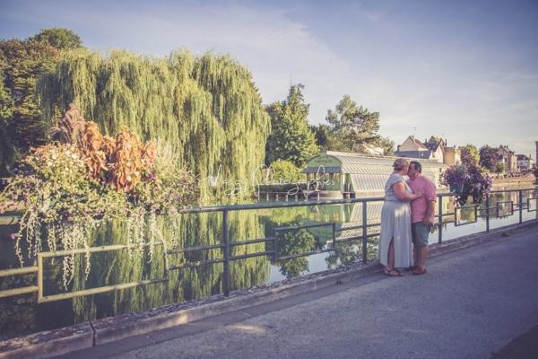 photo-couple-tous-les-deux-a-cote-d-une-riviere-maggy-photographies