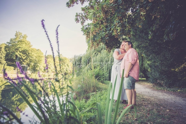 photo-couple-tous-les-deux-aux-bords-de-la-riviere-maggy-photographies