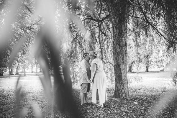 photo-couple-tous-les-deux-bisous-sous-arbres-maggy-photographies