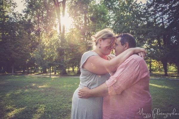photo-couple-tous-les-deux-les-yeux-dans-les-yeux-maggy-photographies