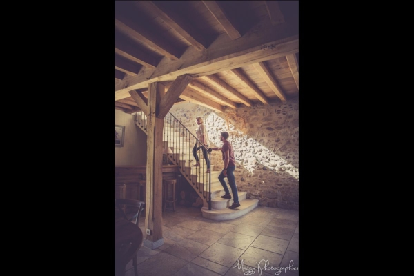 photo-couple-tous-les-deux-montent-escaliers-maggy-photographies